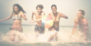 La plage de vacances d'amis insouciante détendent le concept Photos libres de droits