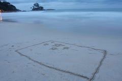 la plage a dessiné l'indicateur images stock