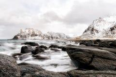 La plage en pierre noire à lofoten image libre de droits