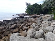La plage, la plage en pierre, pierres sur des plages, la plage avec de grandes pierres Photo stock