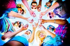 La plage encourage le concept d'amusement d'été d'amitié de célébration Image stock