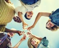 La plage encourage le concept d'amusement d'été d'amitié de célébration Photos stock