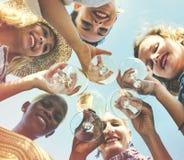 La plage encourage le concept d'amusement d'été d'amitié de célébration Image libre de droits