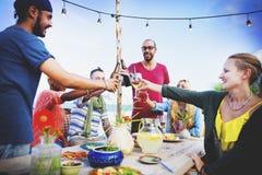 La plage encourage le concept de dîner d'amusement d'été d'amitié de célébration Image stock