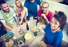 La plage encourage le concept de dîner d'amusement d'été d'amitié de célébration Photo libre de droits