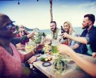 La plage encourage le concept de dîner d'amusement d'été d'amitié de célébration Photos libres de droits
