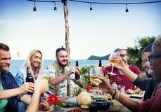 La plage encourage le concept de dîner d'amusement d'été d'amitié de célébration Photo stock