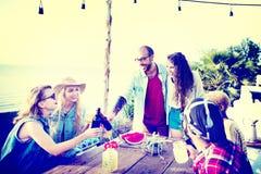 La plage encourage le concept de dîner d'amusement d'été d'amitié de célébration Photographie stock libre de droits