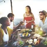 La plage encourage le concept de dîner d'amusement d'été d'amitié de célébration Photos stock