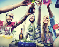 La plage encourage le concept de dîner d'amusement d'été d'amitié de célébration Images stock