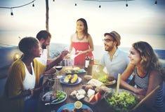 La plage encourage le concept de dîner d'amusement d'été d'amitié de célébration Images libres de droits