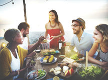 La plage encourage le concept de dîner d'amusement d'été d'amitié de célébration Image libre de droits