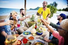 La plage encourage le concept de dîner d'amusement d'été d'amitié de célébration Photographie stock