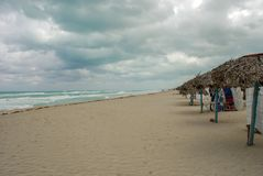 La plage est abandonnée pendant une tempête photographie stock libre de droits