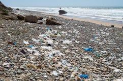 La plage est pleine des déchets photographie stock