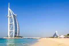 La plage et le Burj Al Arab Hotel de Jumeirah Photographie stock libre de droits