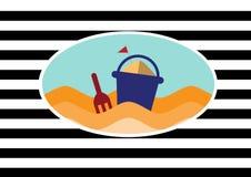 La plage et le jouet bucket avec la pelle sur des milieux de rayure Images stock