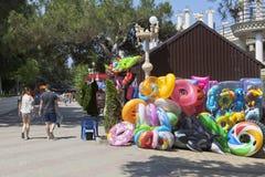 La plage fournit la vente sur le bord de mer de la station touristique Gelendzhik Photo libre de droits