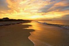 la plage holden le lever de soleil image stock