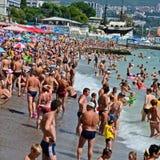 La plage, la mer, beaucoup de vacationing de personnes. Image libre de droits