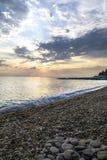 La plage lapide le coucher du soleil Photos libres de droits