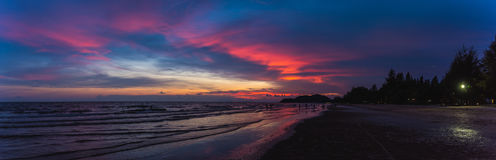 la plage le temps de coucher du soleil Photographie stock