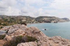 La plage merveilleuse en Chypre du sud est appel?e petra de romiou Vue de roche sur l'autre roche ?t? Heure pour le bain Beaut? d images stock