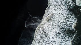 La plage noire de sable en Islande Vue aérienne et vue supérieure beaut Photographie stock
