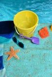 La plage objecte près de l'eau Image stock