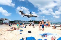 La plage observent le bas atterrissage d'avions de vol près de Maho Beach Images libres de droits