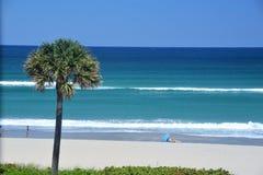 La plage offre un endroit sûr pour détendre et se recharger images stock