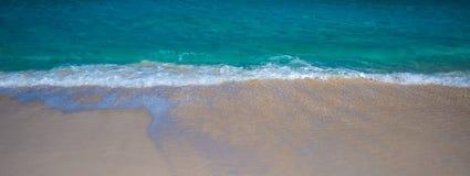 La plage ondule le panorama photo stock