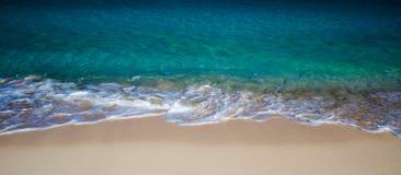 La plage ondule le panorama image libre de droits