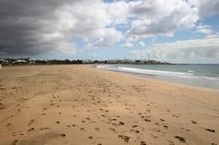 la plage opacifie la tempête dessous Image stock