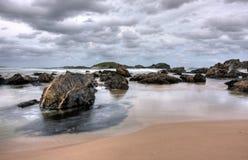 la plage opacifie le crépuscule Image stock