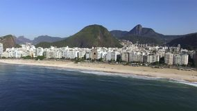 La plage la plus célèbre au monde Ville merveilleuse Paradis du monde Plage de Copacabana dans le secteur de Copacabana, Rio de J banque de vidéos