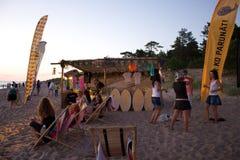 La plage refroidissent la zone au festival de Positivus Image libre de droits