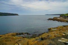 La plage rocheuse dans la baie de botanique à Sydney photo stock