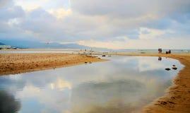 La plage rocheuse et de sable à Taïwan images libres de droits