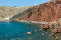 La plage rouge sur l'île de Santorini, Grèce Photos stock