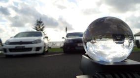 La plage s'est reflétée dans le lever de soleil blanc de voiture de sphère en cristal Images libres de droits