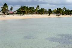 La plage sablonneuse a appelé Playa Giron sur le Cuba Images libres de droits