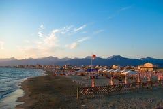 La plage sablonneuse de Viareggio, Photos stock
