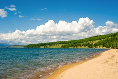 La plage sablonneuse du lac Hovsgol, Mongolie images libres de droits
