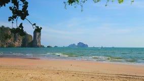 La plage scénique de singe, ao Nang, Krabi, Thaïlande clips vidéos