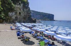 La plage sur la côte Italie d'Amalfi Photographie stock libre de droits