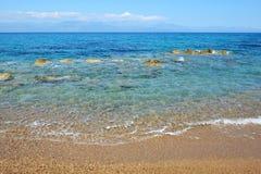 La plage sur la mer ionienne à l'hôtel de luxe Photographie stock libre de droits