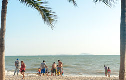 La plage Thaïlande, mai 2016 les gens de Bangsan détendent Image stock