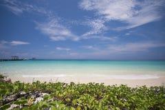 La plage tropicale avec le ciel bleu et la mer bleue calme surfent Image libre de droits