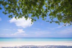 La plage tropicale avec le ciel bleu et la mer bleue calme surfent Images libres de droits